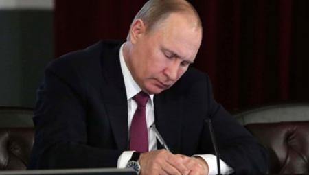 В.Путин подписал закон об освобождении от налогов мужчин в 60 лет, а женщин в 55 лет
