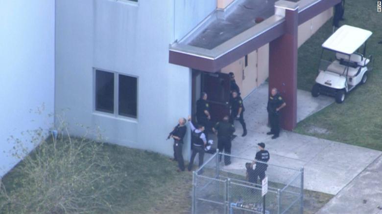 США: Очередной массовый расстрел в школе, двое убитых, десятки раненых (Comm)