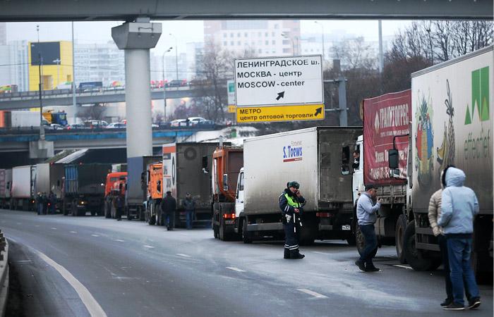 """Путин предложил отменить транспортный налог для большегрузов из-за """"Платона"""" (кислая)"""