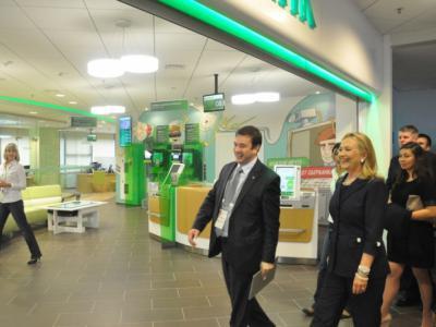 Клинтон в офисе Сбербанка во Владивостоке (2012)