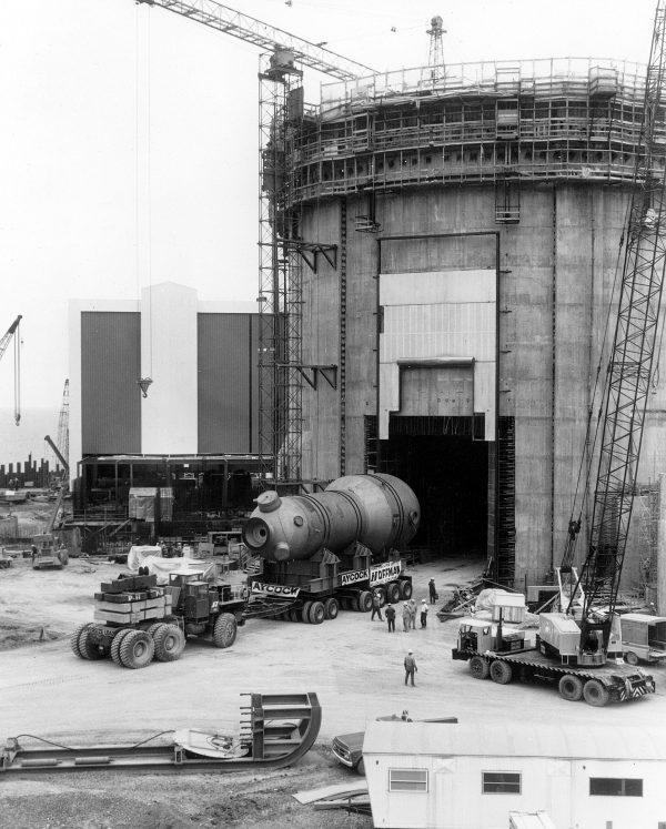 Элементы защитного контейнмента ядерного реактора на этапе строительства. Хорошо виден циклопический характер этого сооружения / © Wikimedia Commons