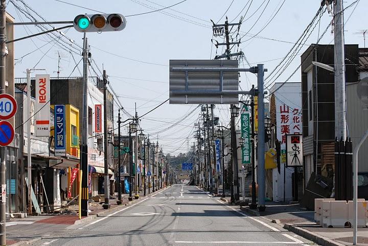 Город Намиэ в префектуре Фукусима. После эвакуации он был покинут людьми — безо всяких объективных причин, в результате одной только эпидемии паники