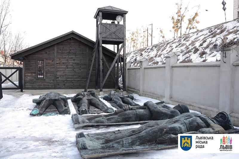 Львов, наши дни. Памятники героям войны свалены в снег в концлагере (skif-99)