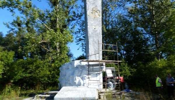 Поляки все же снесли памятник советскому генералу Ивану Черняховскому (sevik68)