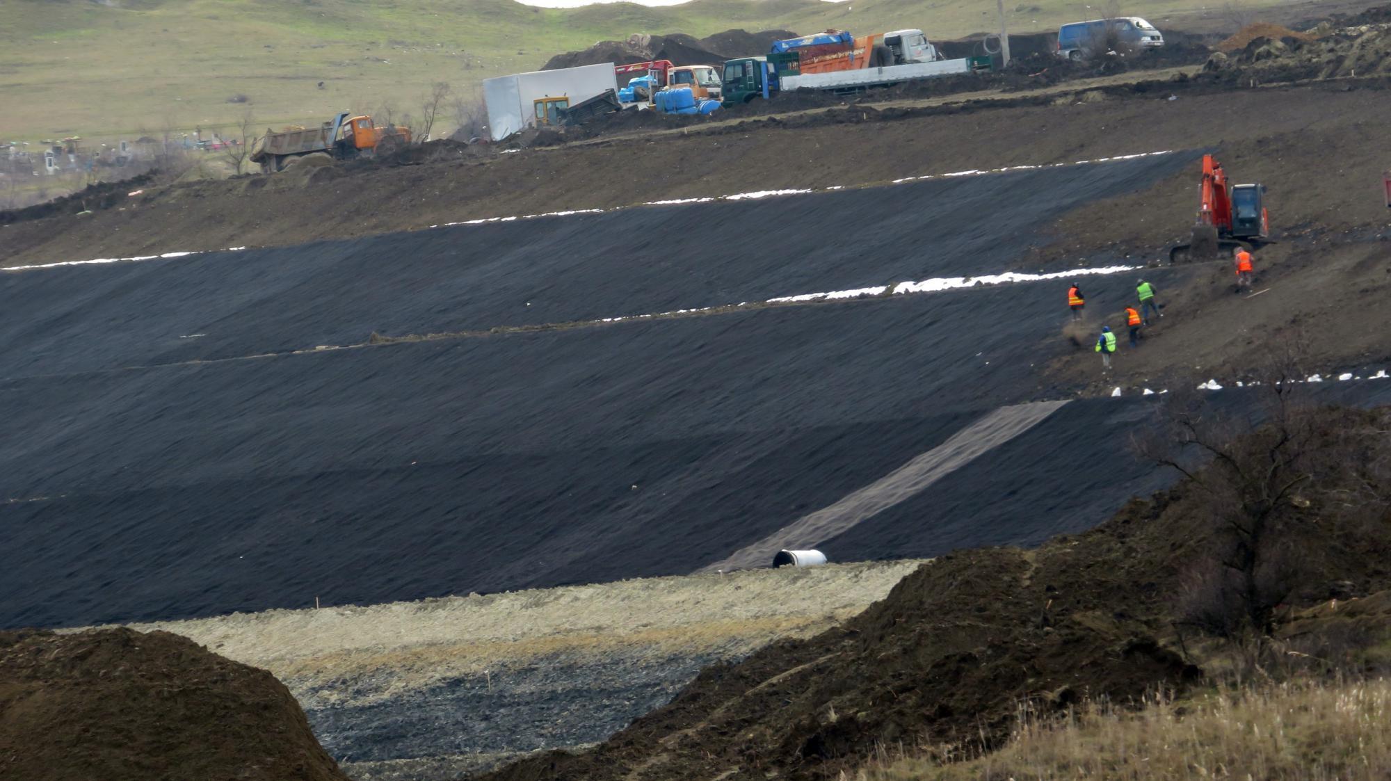 На Крымском мосту начали работу по укладке рельс на подходах. Январь 2019 года