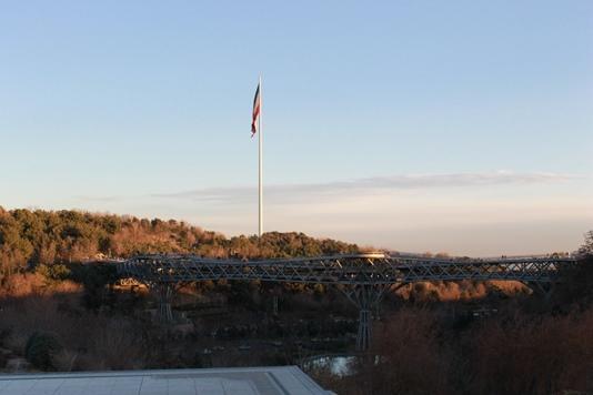 Флаг Ирана и пешеходный мост