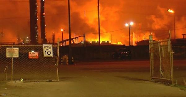 В США горит завод. Вот. (advisor)