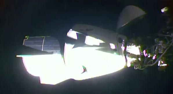 Crew Dragon с двумя астронавтами отстыковался от МКС и взял путь на Землю (3vs)