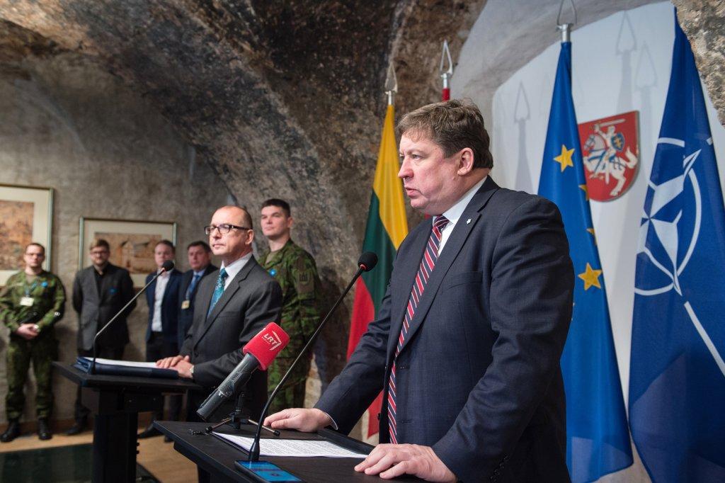 """Пособие для чайников от министра обороны Литвы: """"Как правильно вылизывать у хозяина"""" (Bledso)"""