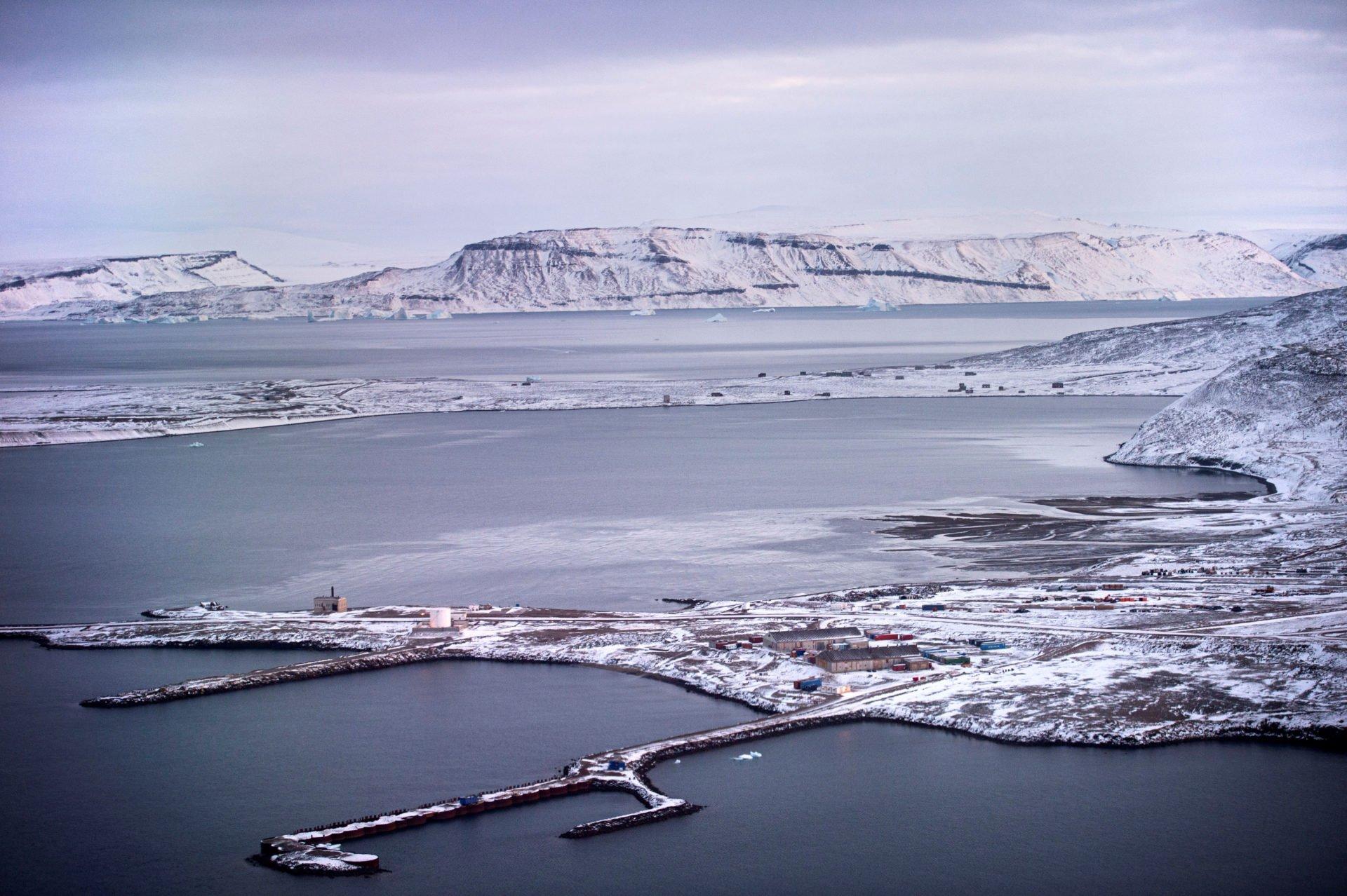 США продолжают подгребать под себя Гренландию (damadilumax)